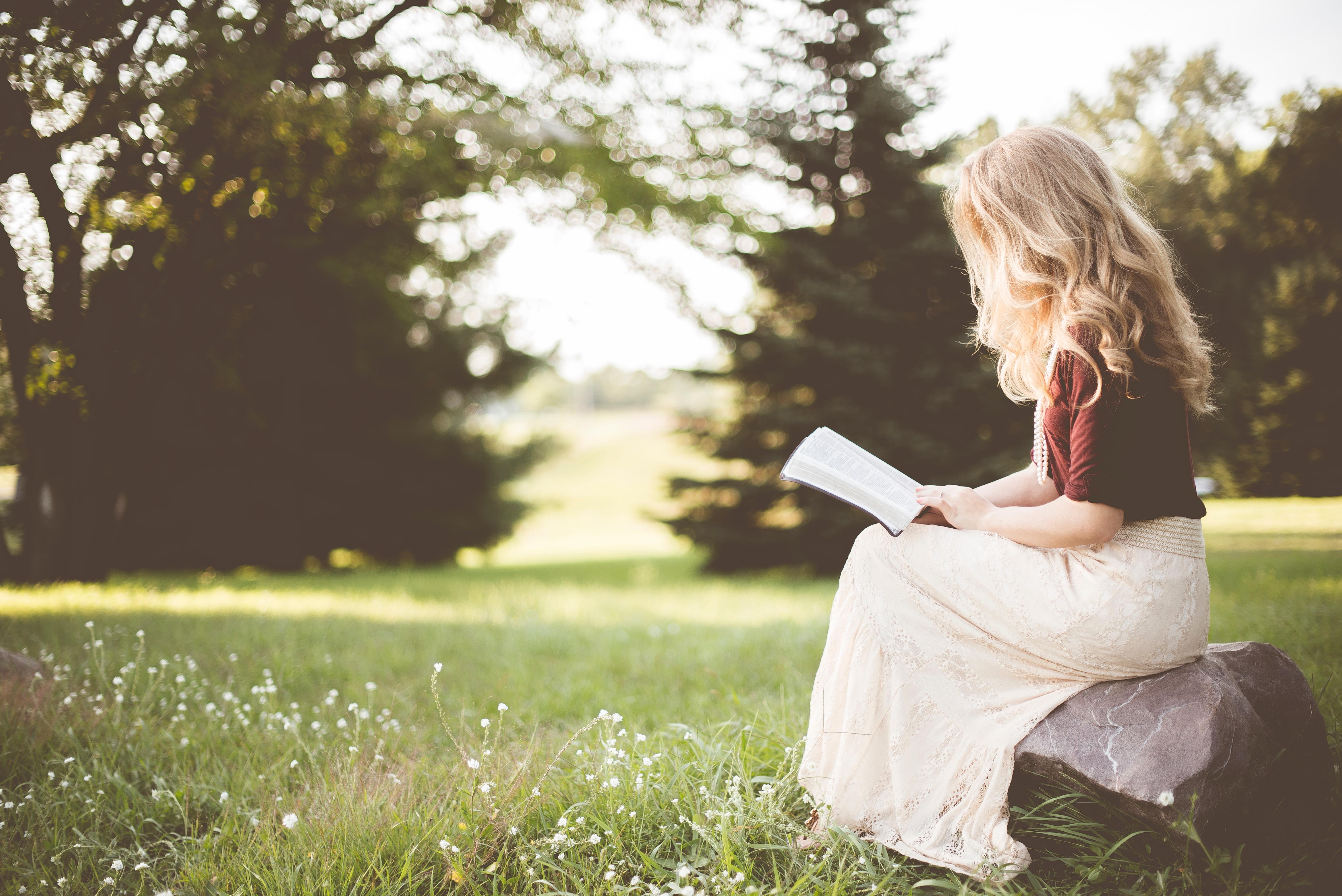 ben white 138743 - Aime une fille qui lit, un texte de Rosemarie Urquico